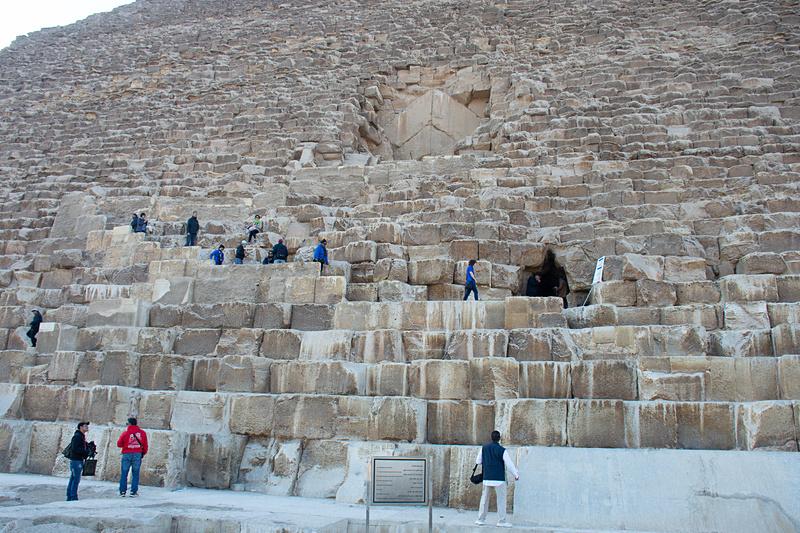 クフ王のピラミッドは内部を見学できる。急勾配のなかをかがんだ姿勢で上っていくので、足のわるい人はつらいかもしれない。突き当たりには玄室がある。撮影禁止