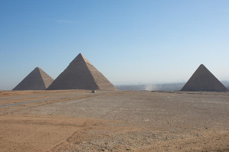 3つのピラミッドをまとめて見渡せる第1パノラマ。記念撮影するならぜひここで