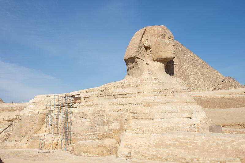 足元を見ると石を積み上げたように思えるが、スフィンクスは巨大な岩から削り出した石像という