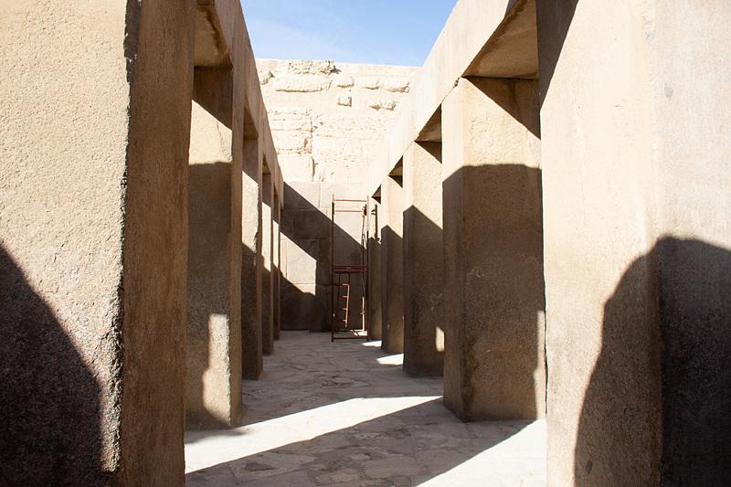 スフィンクスエリアも入場料が必要。手前の神殿の柱にも注目したい。まったく隙間なく積み上げられている