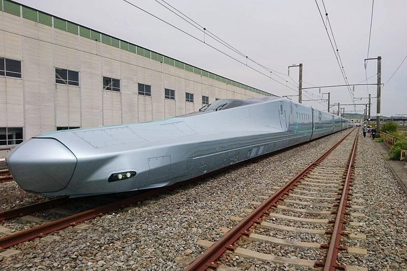 新幹線試験車両「E956(ALFA-X)」が完成した。写真は川崎重工業が担当した1号車