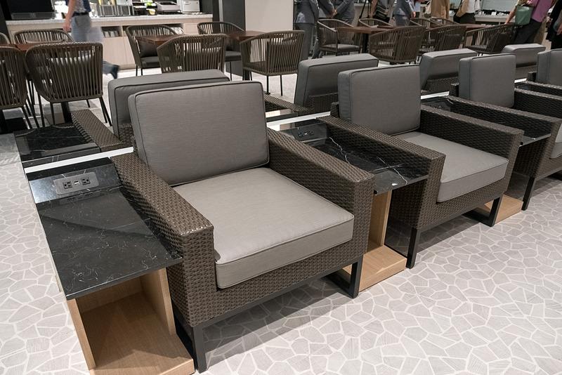 ANA SUITE LOUNGEで使用されている座席や電源。電源は日本製品のプラグをそのまま差し込めるコンセントとUSB電源を装備。ざっくりと分けると、ソファタイプの座席には電源があり、チェアタイプの座席には電源がない