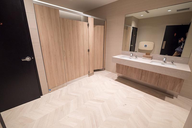 お手洗いは男性用、女性用それぞれに車いす対応の個室がある。便座はすべて温水洗浄便座となっている