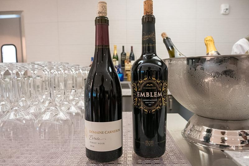 ドリンクは、コナビールやワイン、シャンパン、日本酒などを用意。なお、オープン時にはコーヒーサーバーなども設置される