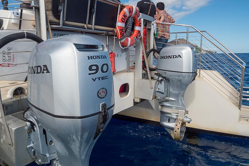 沖に近い場所では帆を閉じた状態でホンダのVTEC搭載船外機を使って推進