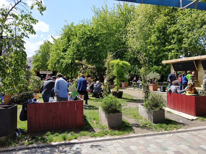 広い公園のあちらこちらで、ジョギング、サイクリング、サッカー、ピクニックなど、人々は思い思いに過ごしています。カフェやレストランもたくさんあります