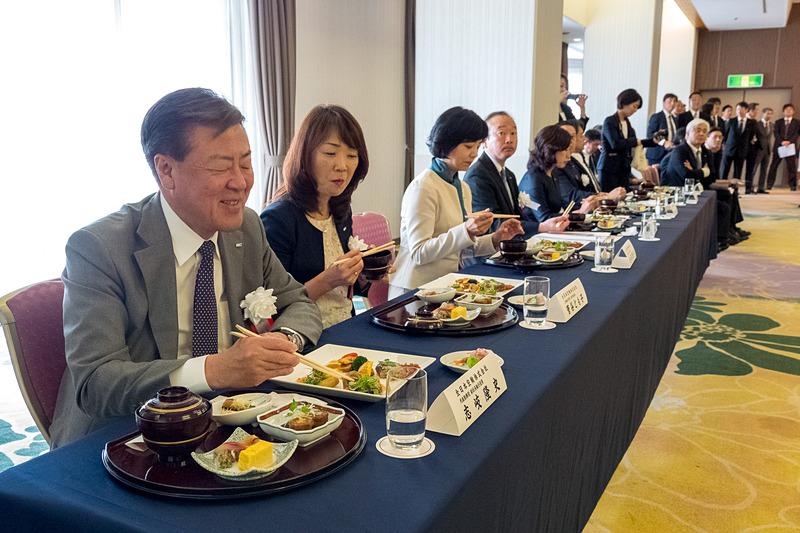 発表会では9県の食材を使った機内食を来賓、主催者が試食