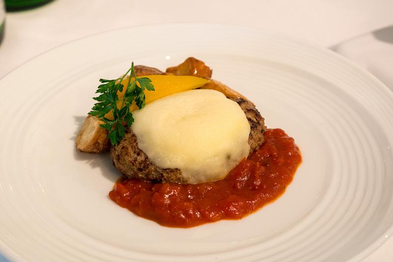 新潟県産モッツアレラチーズをのせたトマトハンバーグステーキ