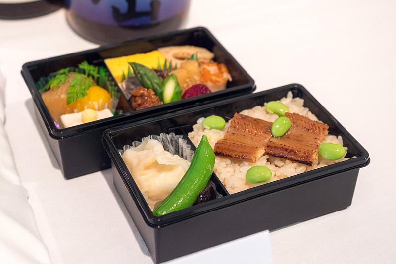 富山県「日本料理山崎」の監修メニュー。国内線プレミアムクラスで2019年6月~8月に提供。写真左が幹線、写真右が他路線での提供スタイル