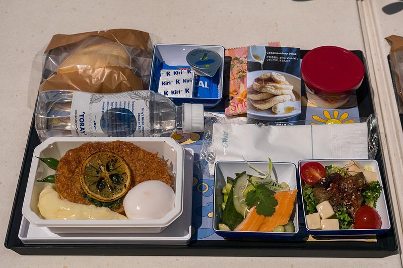 ANAの成田/羽田発~ホノルル行き便エコノミークラスで5月24日~8月31日、2019年12月1日~2020年2月29日に提供するbillsとのコラボ機内食。一緒に配布されるカードをbills Waikiki店舗に持参して食事をするとドリンク1杯を無料サービスしてもらえる特典付き