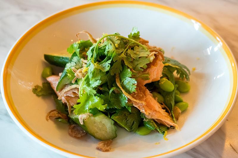 ジャスミンスモークサーモンサラダ ― ジャスミンティーでスモークしたサーモン、枝豆ときゅうりのサラダ