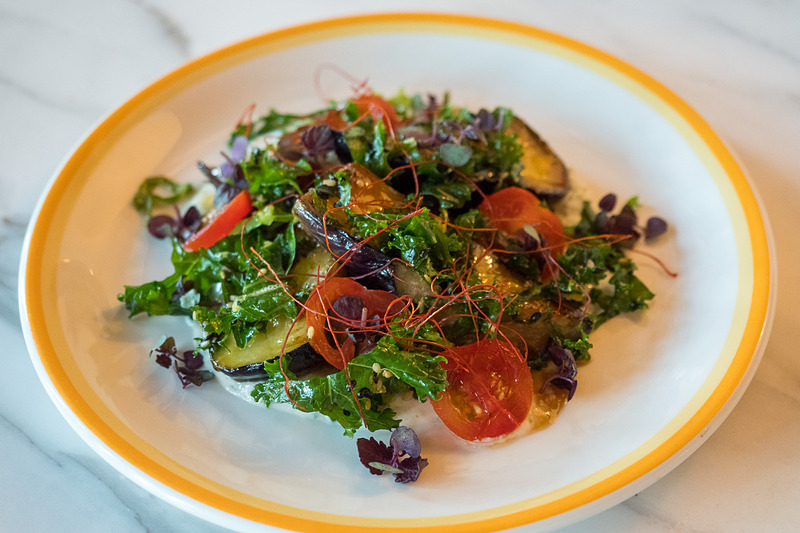 味噌でマリネした茄子のソテー ― トマトとケールのドレッシング、青のりと豆腐のソース