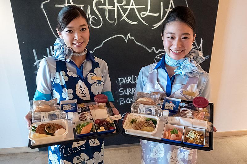 往路(成田/羽田~ホノルル行き便)のエコノミークラスでは、billsとのコラボ機内食を提供