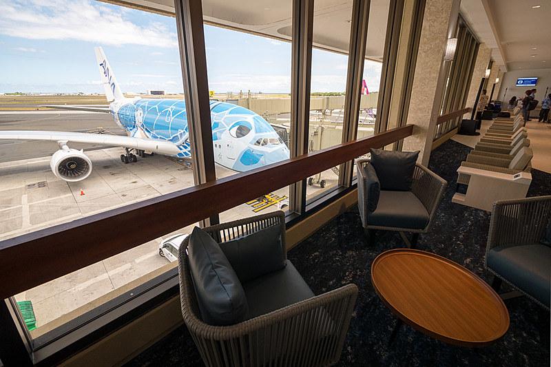 ダニエル・K・イノウエ国際空港のANA LOUNGE。窓に面した立地