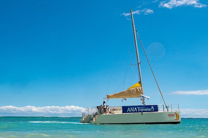 ワイキキ~アラモアナセンター間を運航する「ANAエクスプレスバス」のほか、ツアー参加者向けラウンジのANAマイレージクラブ会員への開放、カタマラン「SAILING HONU(セイリング・ホヌ)」の提供など、エアバス A380型機就航に合わせて現地サービスも強化