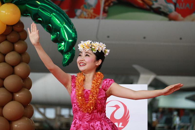 JALのCA(客室乗務員)村山ホナミさんと、地上職員 村山モモカさんのフラダンスで、お披露目会がスタートした