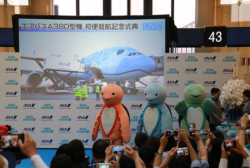ラニ、カイ、ラーが出演する機内安全ビデオと、ステージでの記念撮影の様子