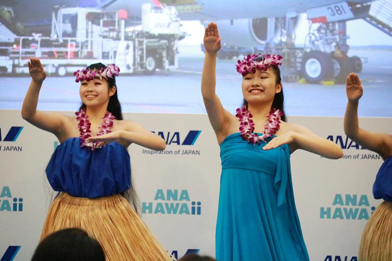 ハワイアンミュージックのミニライブとフラダンスのパフォーマンス。この日のステージのために、わざわざハワイから来日した