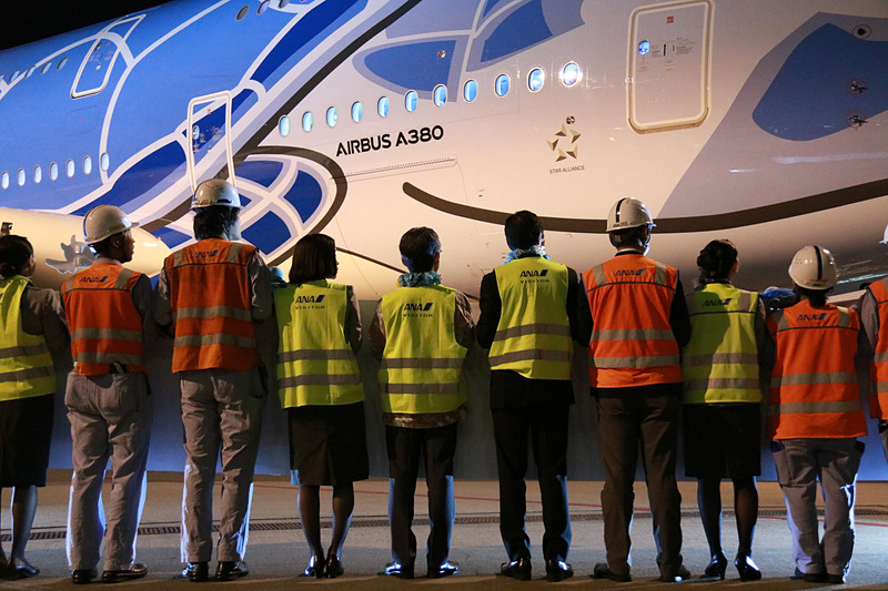 ANAスタッフたちとA380型機を見送る平子社長