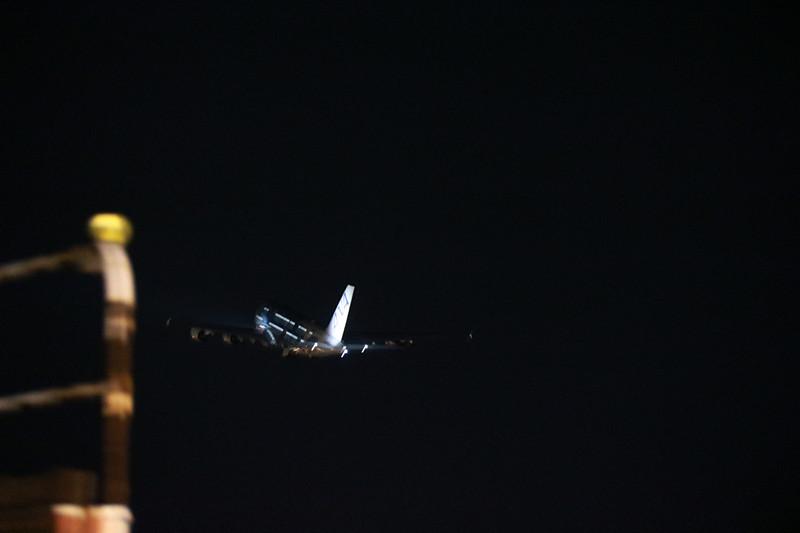 闇夜に消えていくA380型機
