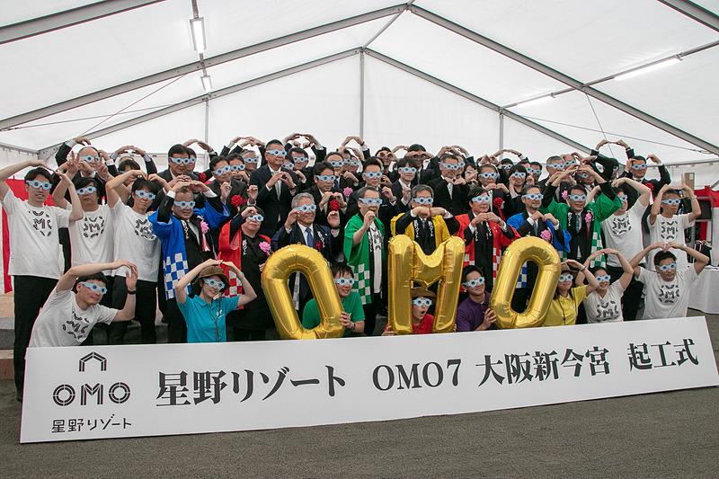 参列者全員が「OMOメガネ」をかけて記念撮影