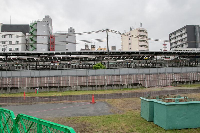 「OMO7 大阪新今宮」はJR新今宮駅のホームの目の前という立地。現場からはホームの駅名標が見える