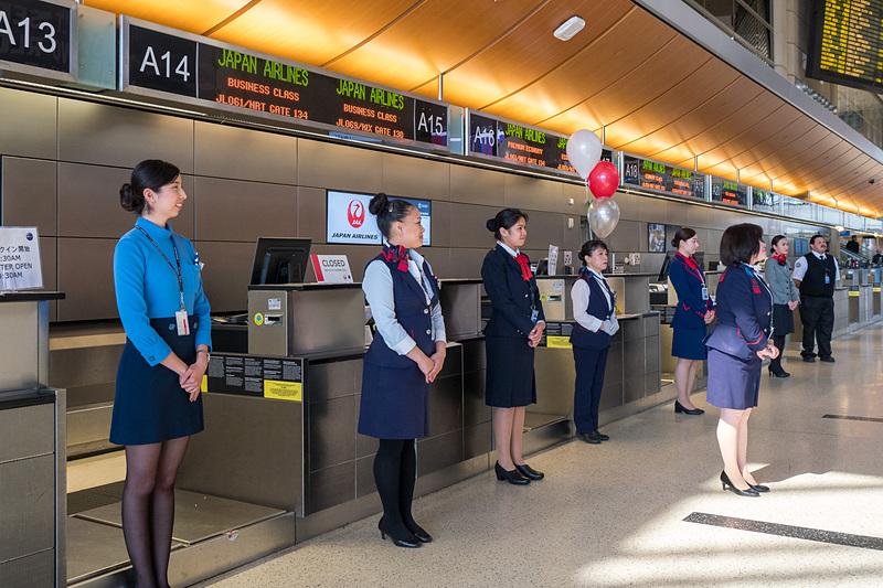 歴代の制服を着用した地上旅客スタッフが対応
