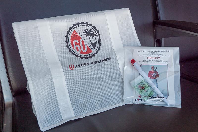 記念品はトートバッグ、搭乗証明書、ボールペン、ミントタブレット