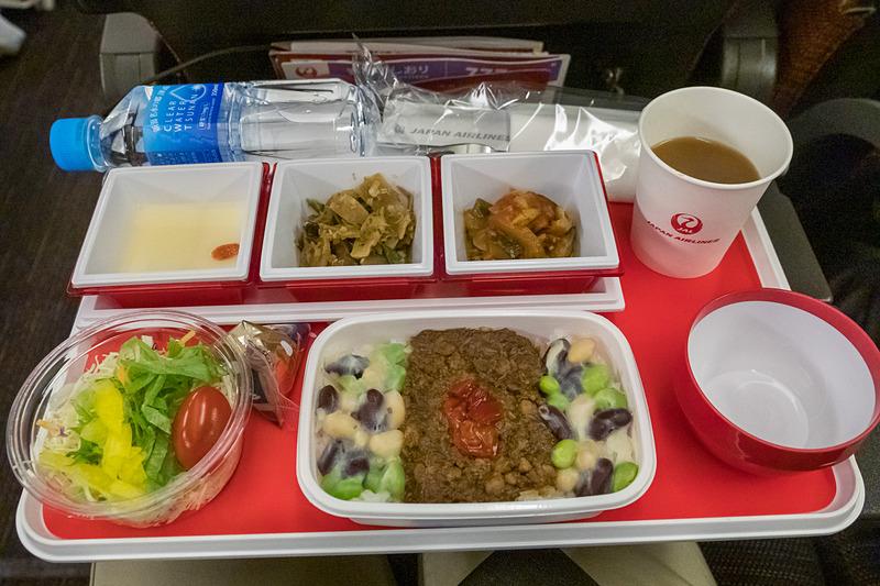 JL62便の1回目の機内食。メインには中華をチョイス