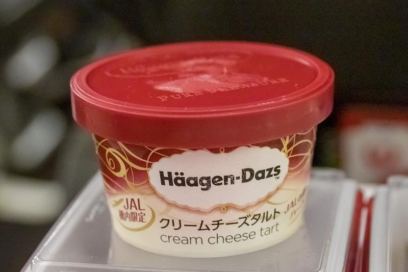 食後のデザート。現在はハーゲンダッツの「クリームチーズタルト」を提供中