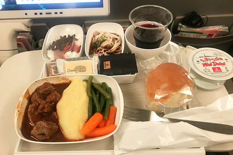 エコノミークラスの食事の一例(復路の1食目)。赤ワインをいただきました