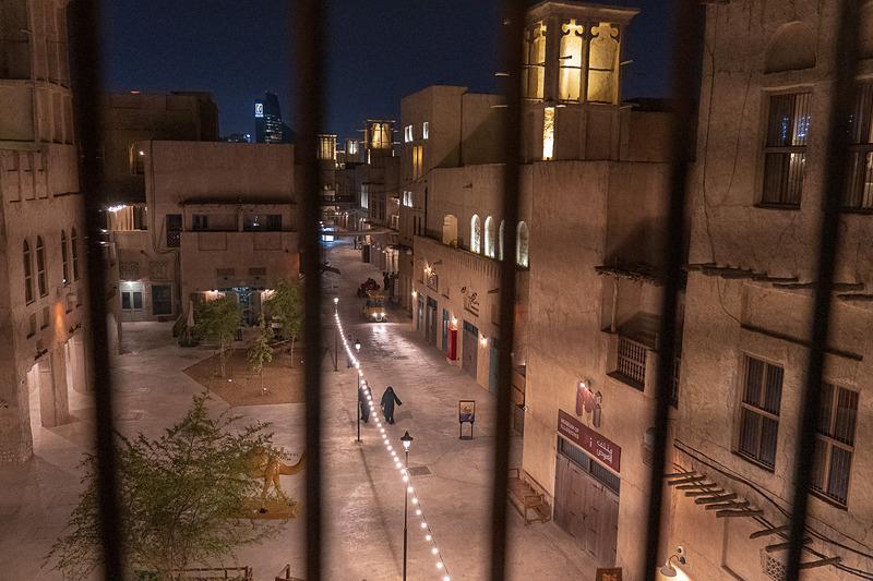 泊まったお部屋の格子窓から見た夜の光景