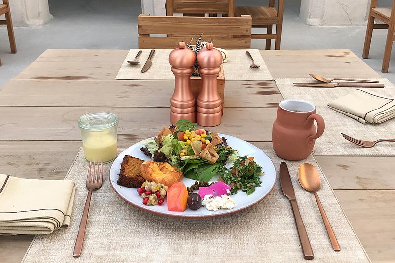 なんて優雅な朝食! 左のはプリンだと思って取ってきたラクダのミルク。ちょっとクセがある