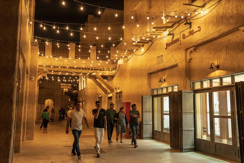 週末の夜、昔のアラブの町並みを楽しむ地元のファミリー