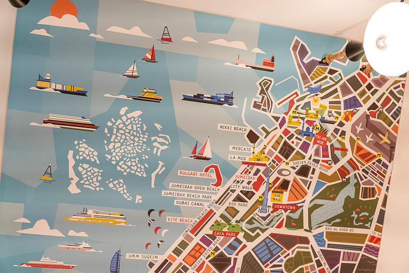 天井にはドバイのイラストマップ