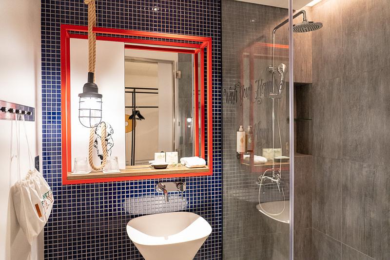 シャワーのみでバスタブはなしのバスルーム。遊び心があちこちに