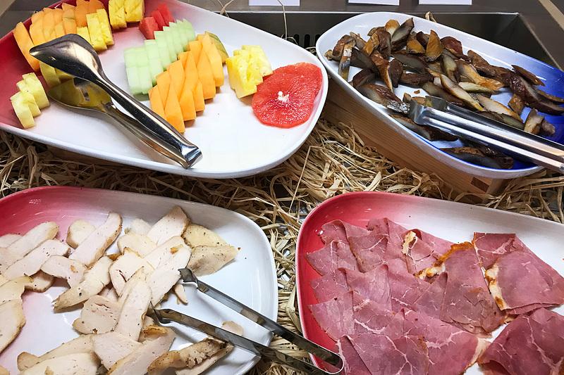 ビュッフェ形式の朝食。美味しそうなパンがたくさん