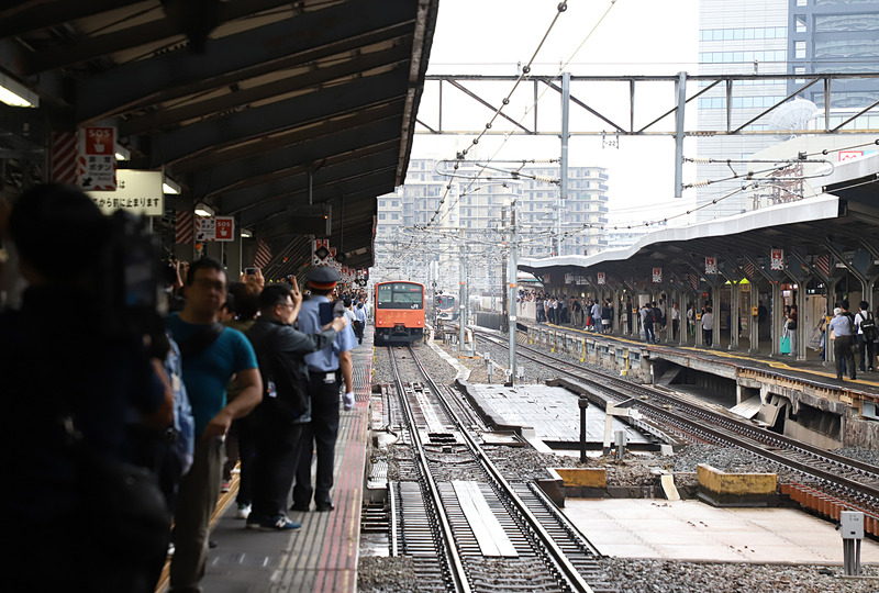 列車が京橋駅を出発。ホームには多くのファンが詰めかけていた