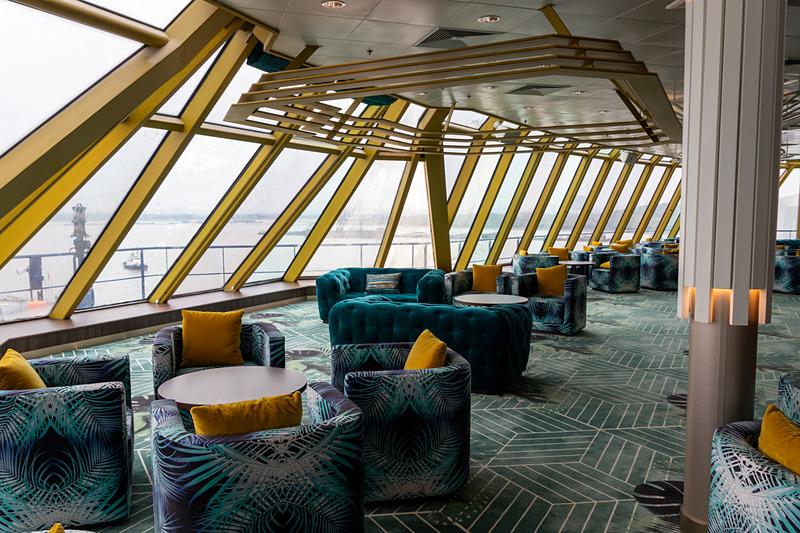 エクスプローラー ドリームの船首にある絶景ラウンジ「パームコート」。海の広さに心を打たれながら優雅なソファーでお酒も飲めるという、これぞ豪華客船というロケーション
