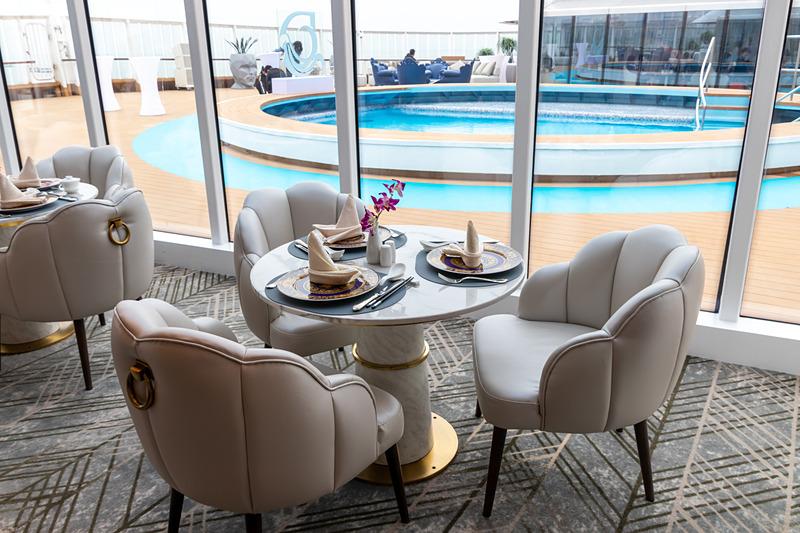 プールの脇にはパレス専用のレストランとバーカウンターが用意されている。また、専用のカジノもある