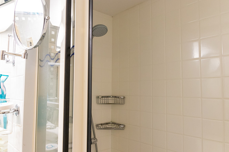 バスタブこそないが、シャワーやトイレは完備されており、デスクやサイドテーブルも備えている。そしてなにより、プライベートバルコニーがあるのが最大のポイント