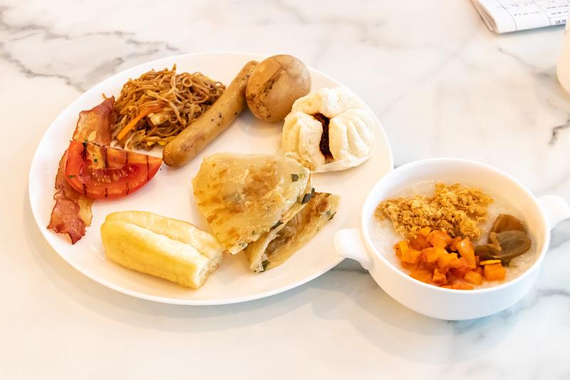 朝食は4種類あるおかゆを全部試すのもいいし、朝からスパイシーなカレーを食べるのもオツだ