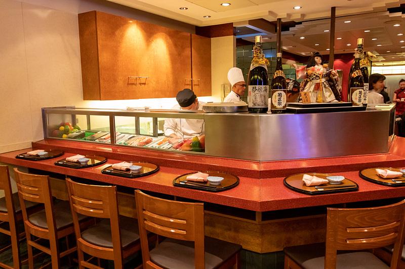 寿司カウンターも備えたウミウマ