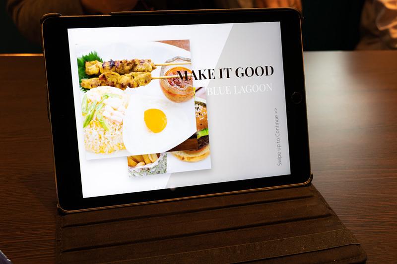 テーブルにあるタブレットで料理を注文する