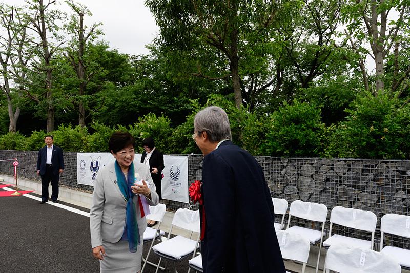 テープカット前に小池百合子都知事と談笑する石原伸晃 衆議院議員