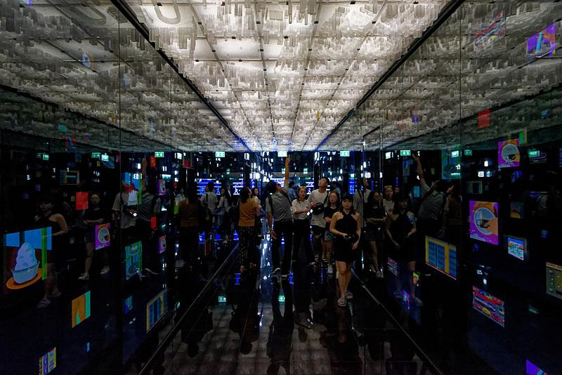 エレベータホールに向かう廊下。天井にはバンコク市街のジオラマが。ゴールドのビルがキングパワー・マハナコーンビルだ