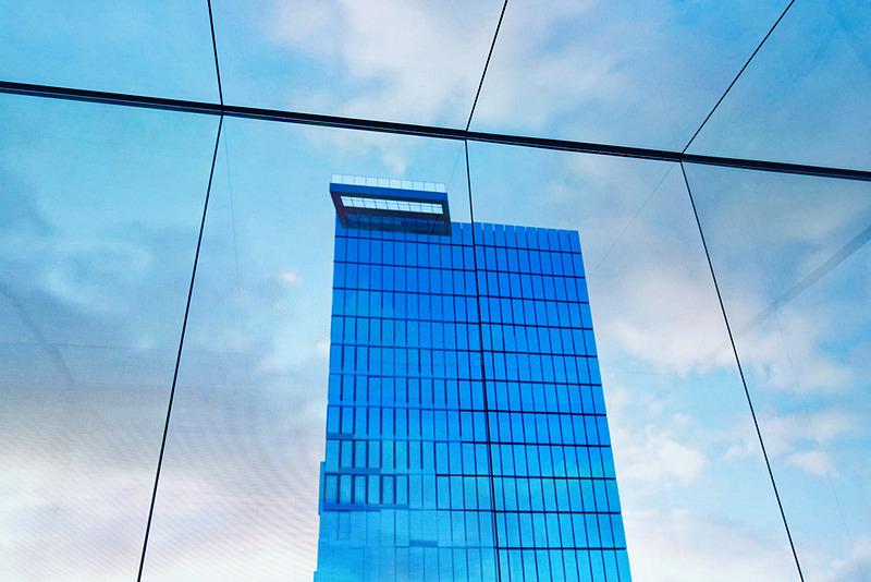 エレベータ内はほぼ前面がモニターになっており、キングパワー・マハナコーンビルの上層階に近づいていく映像が流れる