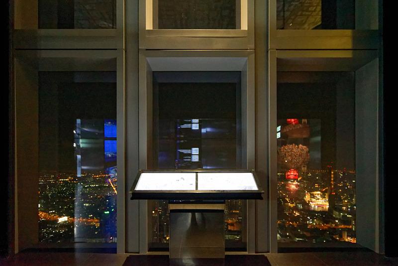 74階に到着。ガラス越しにバンコク市街を見渡すことができる