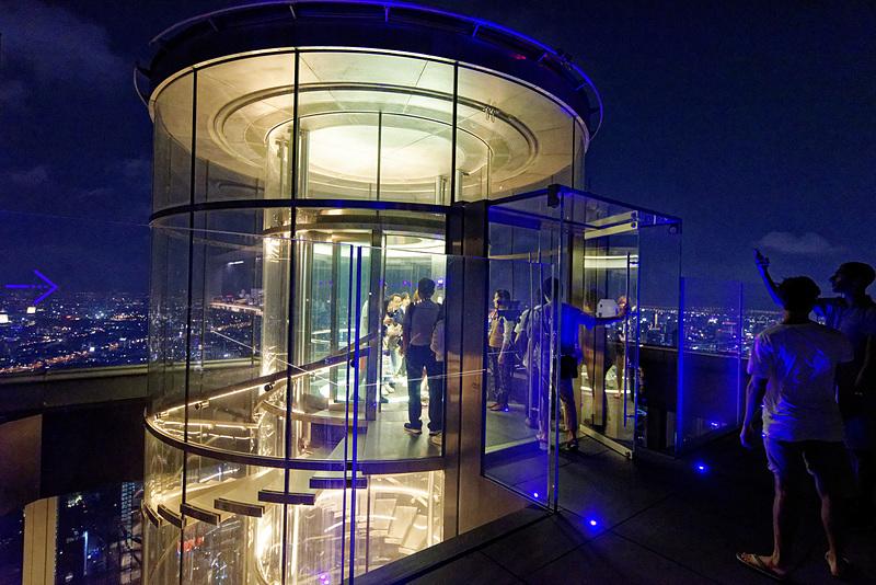 円筒形のガラス張りエレベータに乗って屋上に到着