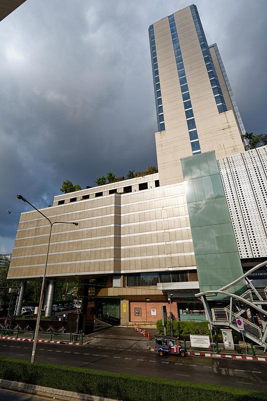 カメラに収まりきらないほどの巨大なホテル「パトゥムワンプリンセス バンコク」とショッピングモール